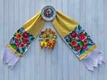 Decoratieve Pasen-beeldjes en Roemeens borduurwerk royalty-vrije stock afbeelding