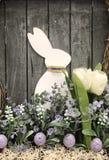 Decoratieve Pasen-Vakantievertoning op een houten achtergrond royalty-vrije stock afbeelding