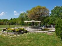 Decoratieve plaats voor ceremonies of vermaak Openluchtontvangst onder tenten en bomen royalty-vrije stock foto
