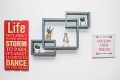 Decoratieve plank en motievenberichten op muur stock afbeelding