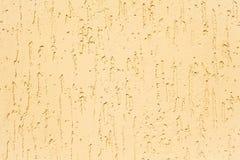 Decoratieve pleistertextuur, imitatie van een boomstam met een spoor van een schorskever royalty-vrije stock afbeelding