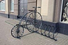 Decoratieve retro fiets die zich dichtbij de grijze muur van een huis bevinden Royalty-vrije Stock Afbeeldingen
