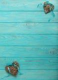 Decoratieve rieten harten van grijze kleur met een blauw lint op w Stock Foto