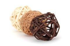 Decoratieve rieten houten ballen Stock Afbeeldingen