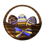 Decoratieve rieten mand met chocoladeeieren en mooie boog die op wit worden ge?soleerd stock illustratie