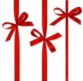 Decoratieve rode boog met verticaal die lint op wit wordt geïsoleerd Vectorreeks bogen voor paginadecor Stock Foto