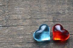 Decoratieve rode en blauwe harten op oude rustieke houten achtergrond De dagachtergrond van Valentine ` s De harten van de valent Royalty-vrije Stock Foto