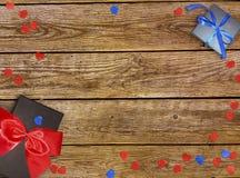 Decoratieve rode lint en boog over witte achtergrond Vakantieachtergrond met copyspace Witte achtergrond met mooie boog Stock Afbeeldingen