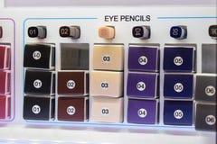 Decoratieve schoonheidsmiddelensteekproeven, meetapparaten Diverse oogpotloden in a stock foto's