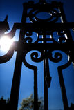 Decoratieve smeedijzeromheining en blauwe hemel, Rockville, Connectic Royalty-vrije Stock Foto