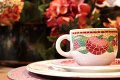 Decoratieve theekop en platen Royalty-vrije Stock Afbeelding