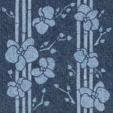 Decoratieve tropische bloemen - naadloze achtergrond - jeanstextuur royalty-vrije illustratie