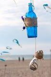 Decoratieve uitstekende blauwe fles en rieten kruik met Stock Foto's