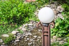 Decoratieve van de lantaarnclose-up en kiezelsteen stenen Het ontwerp van het landschap Royalty-vrije Stock Afbeelding