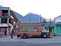 decoratieve vrachtwagen in de straten van Gilgit, districtskapitaal van gilgit-Baltistan, Pakistan stock foto's