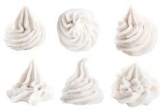 Decoratieve wervelende bovenste laagjes voor dessert op wit Stock Afbeeldingen