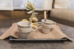 Decoratieve witte cappuccinokop op een lijst binnen een caravan royalty-vrije stock foto