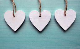 Decoratieve witte houten harten op een blauwe houten achtergrond met exemplaarruimte Royalty-vrije Stock Fotografie