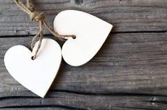 Decoratieve witte houten harten op rustieke houten achtergrond St Valentine ` s Dag of Liefdeconcept Royalty-vrije Stock Foto