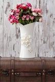 Decoratieve Witte Vaas met Bloemen op Witte Achtergrond Royalty-vrije Stock Fotografie
