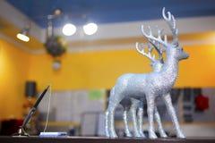 Decoratieve zilveren deers voor Kerstmis stock afbeeldingen