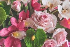 Decoratieve zoete voedselbloemen van mastiek of suiker op cake Stock Afbeelding
