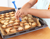 Decorating cookies Royalty Free Stock Images