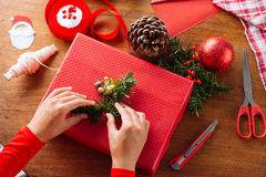 Decorating gift box Royalty Free Stock Photography