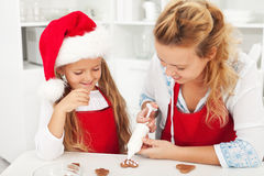 Decorating the gingerbread cookies Royalty Free Stock Photos
