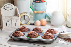 Decorating tasty muffins with caster sugar Royalty Free Stock Photos