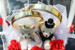 Decoration on car wedding rings and couple of teddy bears. royalty free stock photos
