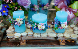 Decoration of flowers and candles at the wedding table in a restaurant Royalty Free Stock Photos