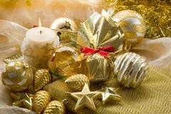 Decorationsi de Navidad del oro imagenes de archivo