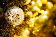 Decorativo com bola do espelho ou bola do Natal pelo Feliz Natal e anos novos felizes do festival com fundo do bokeh Imagens de Stock Royalty Free