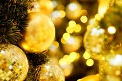 Decorativo com bola do espelho ou bola do Natal pelo Feliz Natal e anos novos felizes do festival com fundo do bokeh Fotos de Stock