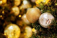 Decorativo con la bola de espejo o la bola de la Navidad por Feliz Navidad y Felices Año Nuevo de festival con el fondo del bokeh Foto de archivo