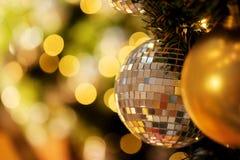 Decorativo con la bola de espejo o la bola de la Navidad por Feliz Navidad y Felices Año Nuevo de festival con el fondo del bokeh Fotografía de archivo libre de regalías