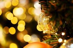 Decorativo con la bola de espejo o la bola de la Navidad por Feliz Navidad y Felices Año Nuevo de festival con el fondo del bokeh Fotos de archivo libres de regalías