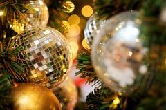 Decorativo con la bola de espejo o la bola de la Navidad por Feliz Navidad y Felices Año Nuevo de festival con el fondo del bokeh Foto de archivo libre de regalías