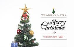 Decorativo con la caja de regalo en el árbol de navidad y la Feliz Navidad Fotos de archivo libres de regalías
