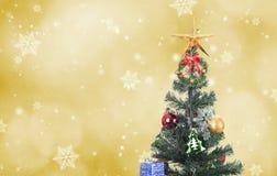 Decorativo con la caja y el copo de nieve de regalo en el árbol de navidad Fotografía de archivo libre de regalías