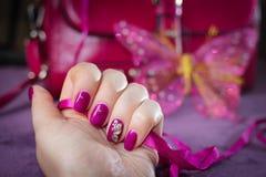 Decorato con il manicure della farfalla Immagine Stock