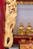 Decorato e complesso, la mano ha scolpito, struttura dell'oro su un altare a Fotografia Stock