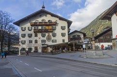 Decorato nella facciata tirolese tradizionale di stile dell'hotel Fotografia Stock Libera da Diritti