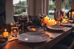 Decorato pranzando compressa sulla notte di Natale fotografie stock