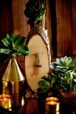 Decorazione accogliente Oro, candele brucianti, navi dorate, succulenti Numero 1 per il numero della tavola al banchetto fotografie stock libere da diritti