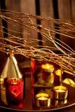 Decorazione accogliente Oro e rosso Candele brucianti, navi dorate fotografie stock