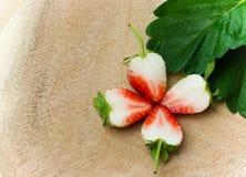 Decorazione affettata fragola di un fiore Immagini Stock Libere da Diritti