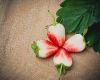 Decorazione affettata fragola di un fiore Fotografia Stock