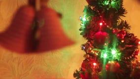 Decorazione anno di nuovo e di natale Fondo vago di festa del bokeh Ghirlanda di lampeggiamento L'albero di Natale accende il twi video d archivio